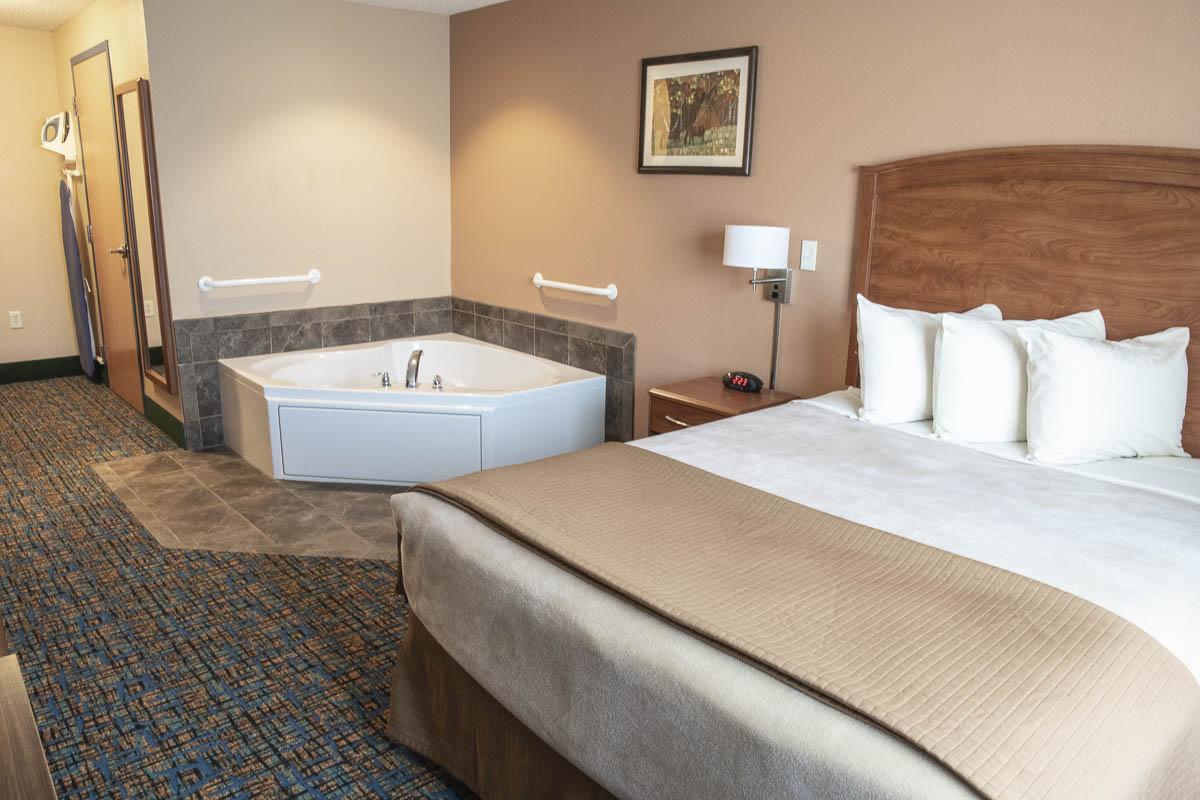 Dakota Magic Hotel King Jacuzzi Room Bed